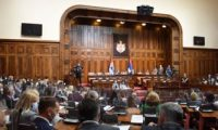برلمان صربيا يعقد أولى جلساته وسط تظاهرات المعارضة