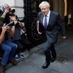 """بوريس جونسون يغير الحفاضات ويحمل """"رضاعة"""" ابنه عند وصوله مجلس الوزراء"""