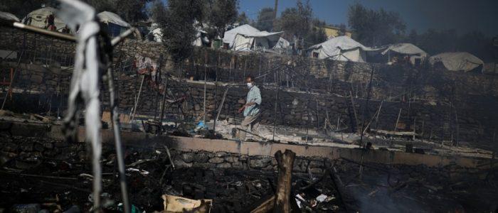 حريق يُدمر أكبر مخيم للاجئين باليونان.. آلاف فروا فطاردتهم الشرطة ومنعهم سكان من دخول قراهم