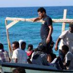 مهاجرون استبد بهم اليأس يقفزون من سفينة إنقاذ للسباحة إلى إيطاليا