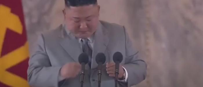 كيم جونج يبكي أمام شعبه ويعتذر!