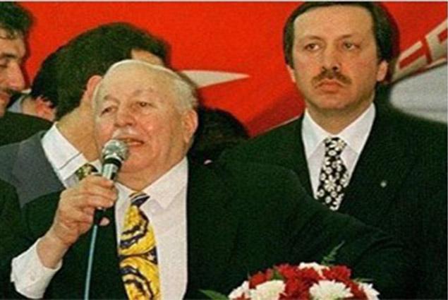 اردوغان مع معلمه نجم الدين اربكان الذي انقلب عليه